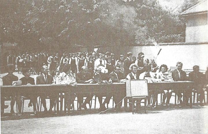 100 Dej, festivitate de absolvire la Liceul _Andrei Muresanu_, aprox_ 1975