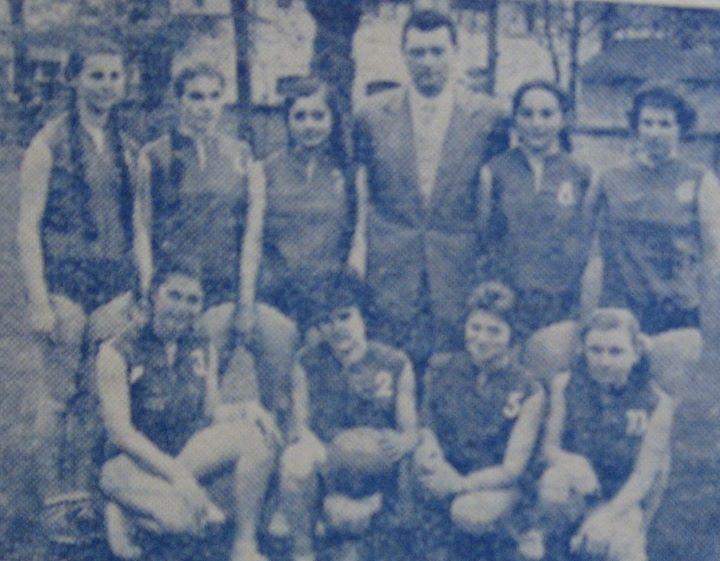 108 Dej, echipa de volei-fete a Liceului unificat, 1961_ Antrenata de prof_ Iosif Szilagyi