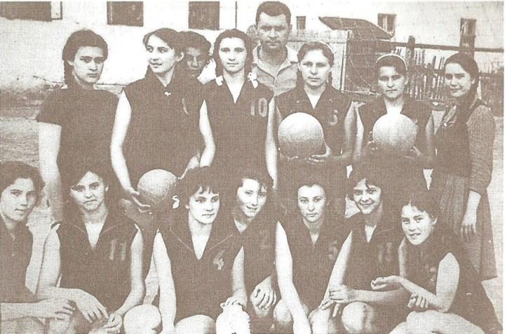 111 Dej, echipa de volei fete de la Liceul _Andrei Muresanu_, aprox_ 1963