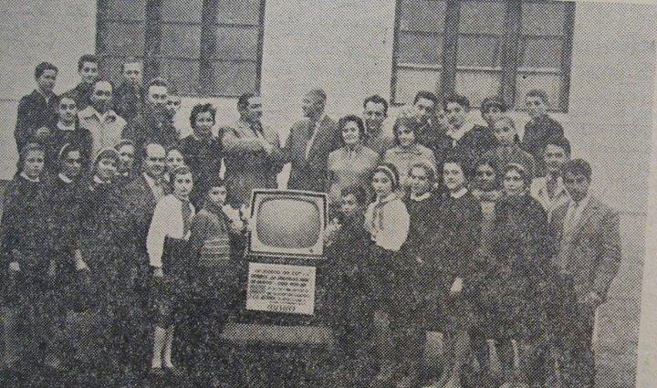 112 Dej, conducerea D_C_A_, 1963, cu un grup de elevi_ S-a cumparat un televizor _Cosmos_ cu banii din c