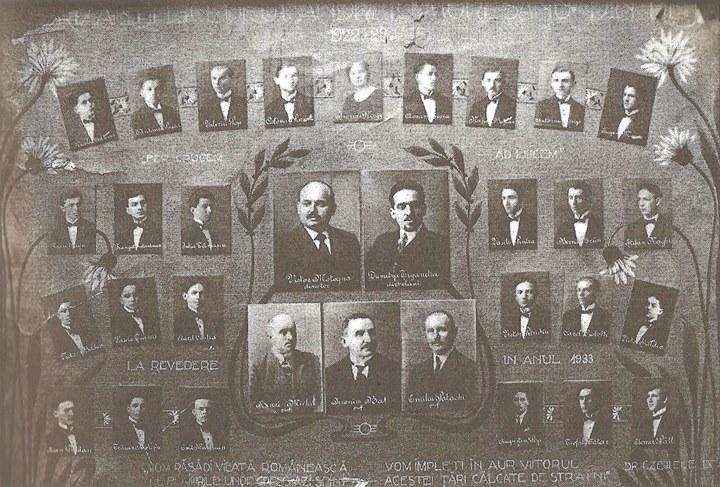 125 Dej, promoţia Liceului din 1923_ În centru, Victor Motogna (director) şi Dumitru Ţiganetea