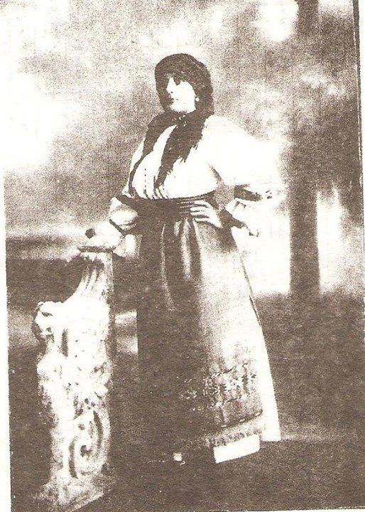 139 Dej, d-na Lucreţia Micşa, în costum popular de Chiuieşti_ Aprox_ 1918