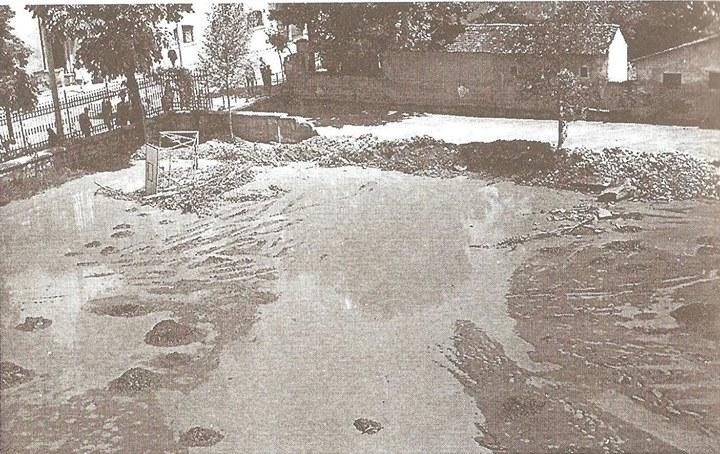 35 Dej, curtea Liceului _Andrei Muresanu_ la inundatiile din 1970