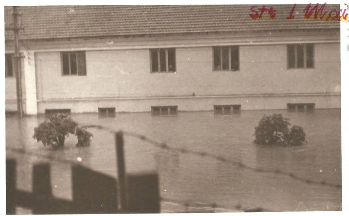 40 Dej, 1970, inundatii_ Blocul CFR de pe Str_ 1 Mai_ Este vorba de fostul bloc CFR, nu de cel actual d