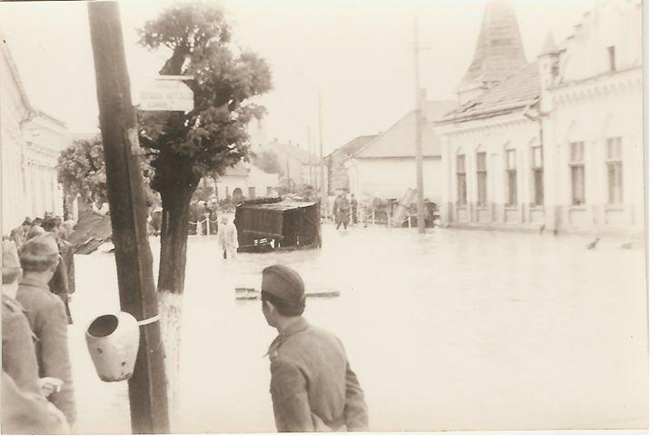 60 Dej, 1970, inundatii_ Posta veche, peste drum de Liceul _Andrei Muresanu