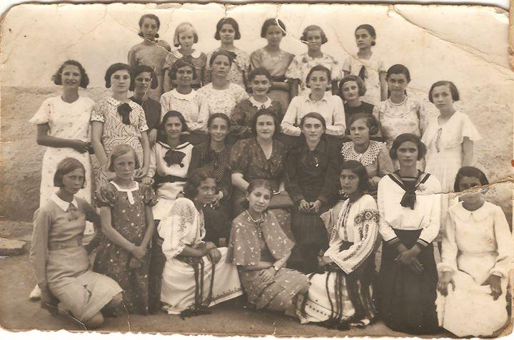 82 Dej, 1936, eleve clasa a VII-a_ Multe erau evreice_ Dupa 1940 au fost deportate la Auschwitz_ Niciun
